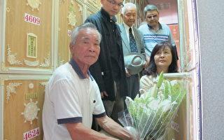 國家人權博物館籌備處主任王毅群(左二)、縣長蘇治芬(右一)與受難者的弟弟(左一)向亡靈獻花致意。(攝影:廖素貞/大紀元)