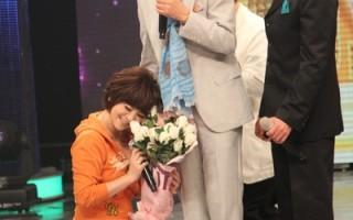 与偶像五木宏同台 女艺人王彩桦搞笑送抱