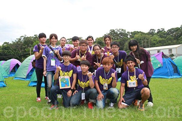 帶領小朋友參與活動的育達科大休閒運動系學生,在帳篷外合影。(攝影:許享富 /大紀元)