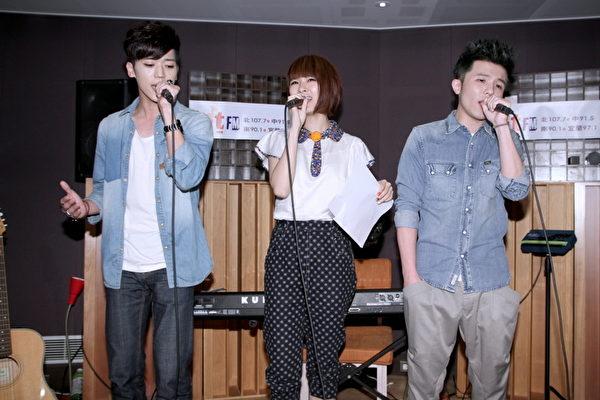 右起為:小宇、阿福及Bii畢書盡三人合唱《對面的女孩看過來》。(圖/Hit_Fm提供)
