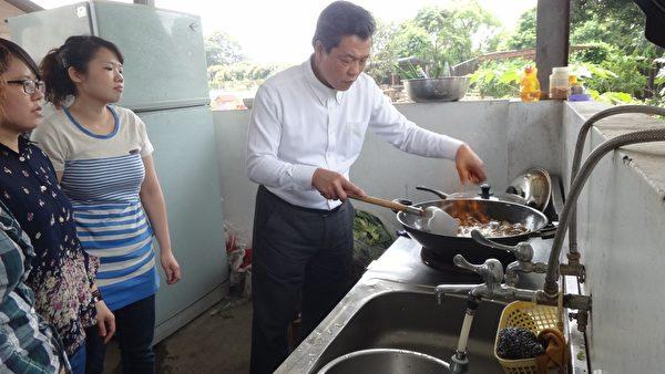 楊烈做燒酒雞。(圖/公視提供)