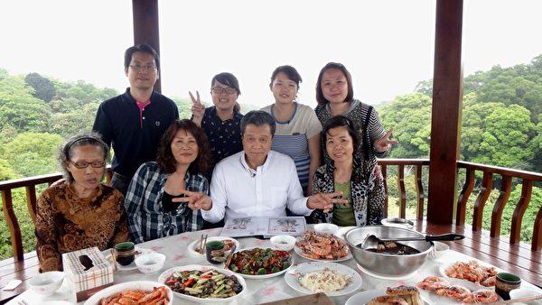 楊烈與顏金福的家人大合照。(圖/公視提供)