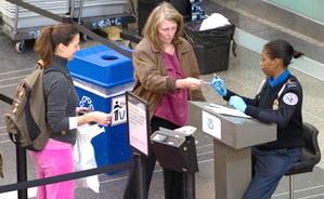 美机场标语提醒:你的驾照符合登机规定吗