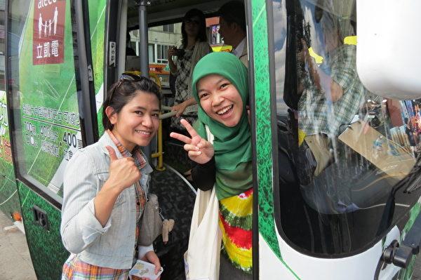 外籍學生乘坐電動巴士,興奮異常。 (攝影:蘇泰安/大紀元)