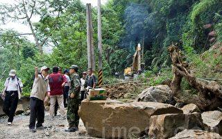 南投县竹山镇在6.3级大地震后台49线13k处落石坍方抢通现场。(摄影:彭秋燕/大纪元)