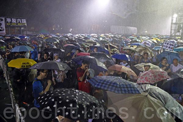 2013年6月4日,香港逾15萬人在暴雨中於維多利亞公園舉行燭光晚會,悼念天安門的英魂。(潘在殊/大紀元)