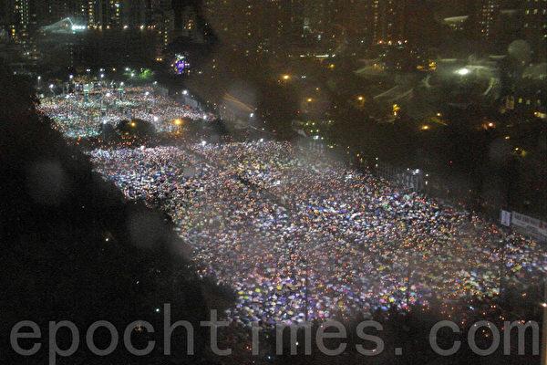 2013年6月4日,香港逾15萬人在暴雨中於維多利亞公園舉行燭光晚會,悼念天安門的英魂。(蔡雯文/大紀元)