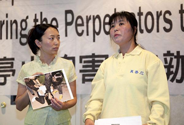 曾被非法關押在吉林黑嘴子勞教所的法輪功學員馬春梅(右)講述受迫害經歷(攝影:季媛/大紀元)