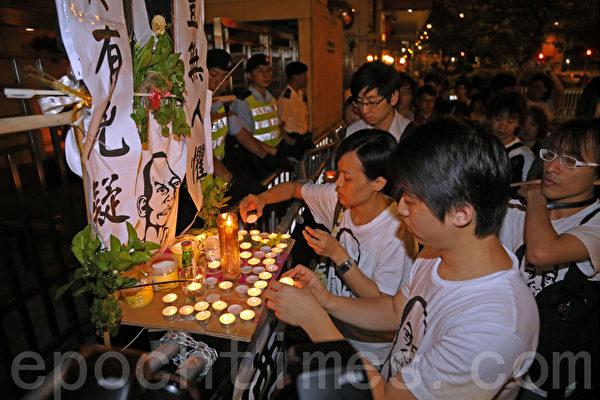百多名香港市民出席旺角鬧市舉行的悼念李旺陽活動,他們點燃燭光默哀並表達哀思。(攝影:潘在殊/大紀元)