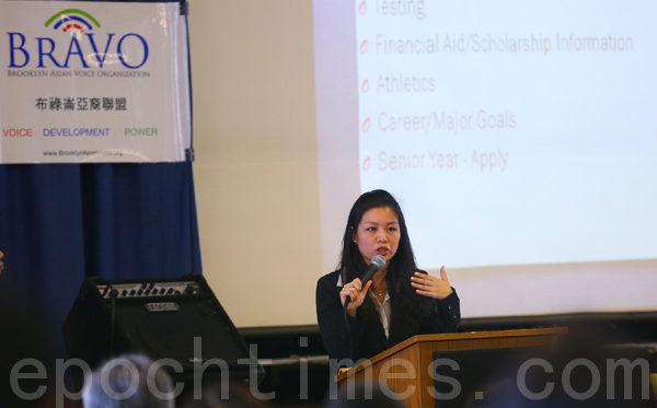 升大学咨询顾问李宜雰讲解申请大学要注意的问题。(摄影:杜国辉/大纪元)