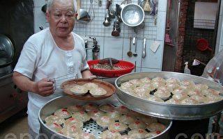 刘世家看着刚蒸熟的肉圆,信心满满。(摄影:徐乃义/大纪元)