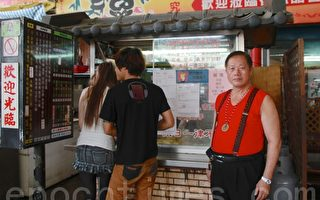 黑轮伯汪崇辉为方便顾客选择,设计7号套餐。(摄影:许享富 /大纪元)