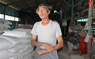 在此次风暴中瘦了十公斤的刘记粉圆老板刘先生谈自己的辛酸史。(摄影:李撷璎/大纪元)