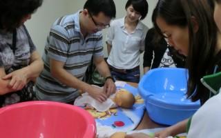 新手爸媽不再手忙腳亂了。台中市社會局新近推出「育兒指導」服務,提供家有2歲以下新手爸媽各項育兒資 訊及實習指導。 (中央社)