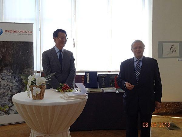 赠书典礼上,王副代表与汉学院Dambermez院长致词 (摄影:台湾驻欧盟兼驻比利时代表处教育组提供)