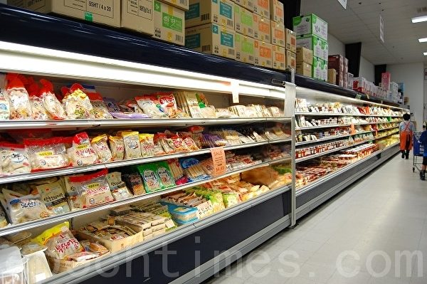 在漢陽超市琳瑯滿目的貨架上,絕大多數產品都是韓國原裝進口的,小到袋裝零食,大到廚房用具。(攝影:安吉/大紀元)