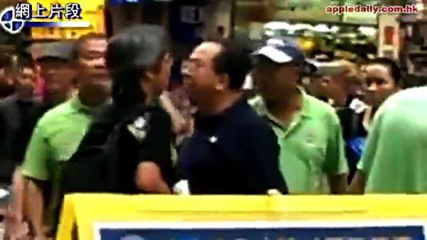 画面中身穿黑衣者(右)是青关会头目林国安,正在与市民争论。(网络图片)