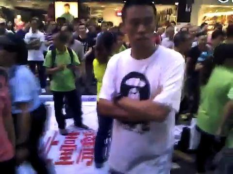 疑凶白衫者,昨日被押解到九龍城裁判法院提堂。(攝影:潘在殊/大紀元)