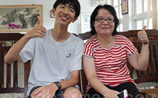 教英文的導師蔡雅倩(右)啟發吳秉儒(左)英語的學習樂趣。(攝影:郭益昌/大紀元)