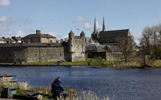 2013年的G8峰會定於6月18日起在北愛爾蘭渡假聖地恩尼斯基林舉行。圖為一男子在恩尼斯基林古堡前的厄恩湖邊垂釣。(PETER MUHLY/AFP)