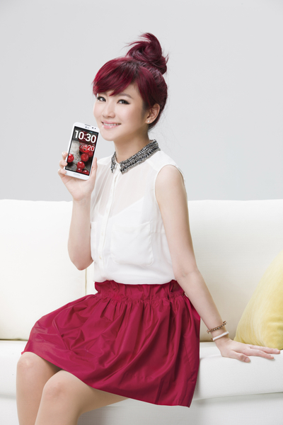 Selina首获手机代言 广告新照俏丽可爱