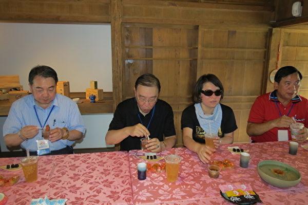品尝嘉义美食,左起:观光局局长谢谓君、交通部次长许俊逸、嘉义市黄敏惠市长、阿管处长曾汉洲。 (摄影:苏泰安/大纪元)