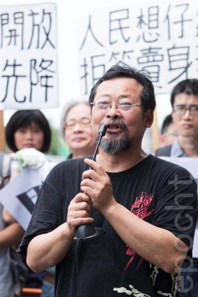 艺人陈明章21日表示,马政府未沟通就要签〈两岸服务贸易协议〉根本就是乱来、令人失望。(摄影:陈柏州/大纪元)