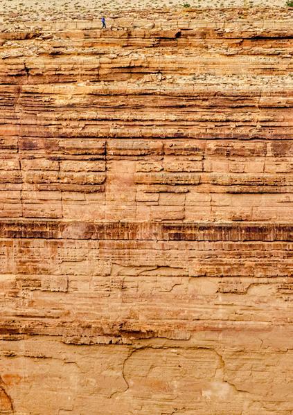当地时间24日上午,美国特技好手尼克.瓦伦达成功以走钢索横越知名地标大峡谷。(JOE KLAMAR/AFP)
