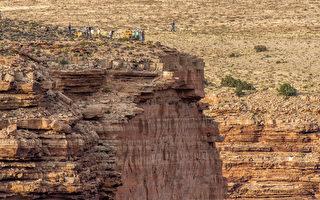 组图:美国钢索第一人 横越大峡谷