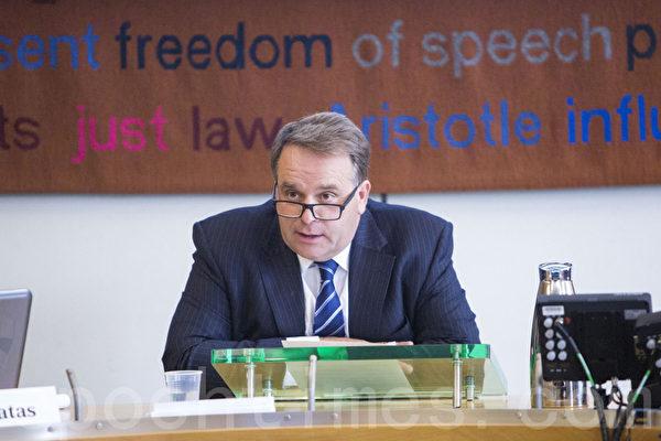 保守党国会议员尼尔•帕里甚(Neil Parish)主持会议。(摄影:Simon Gross/大纪元)