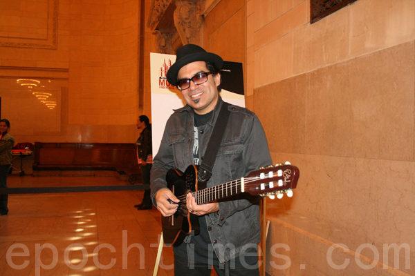 Adam Zuniga演奏吉它。(摄影﹕安雯/大纪元)