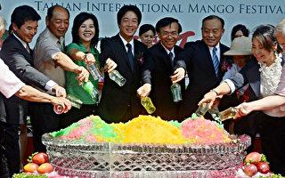 2013年第1屆台南國際芒果節29日在走馬瀨農場開幕,台南市長賴清德(左4)等人為超大型芒果冰揭幕,盼台南芒果產業持續發展。 (台南市政府提供)
