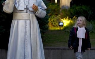 教宗方济雕像进驻阿根廷大教堂