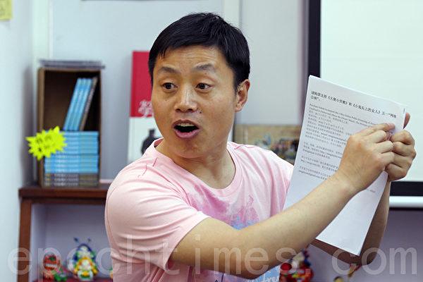 在被关押五周之后,揭露中共马三家劳教所罪恶的中国记者和纪录片制片人杜斌周一(8日)被保释。图为杜斌上月来港出席《小鬼头上的女人》纪录片首映,他曾强调不怕中共秋后算账。(摄影: 潘在殊/大纪元)