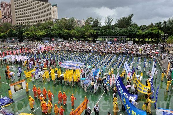 香港43万人七一大游行队伍中的法轮功