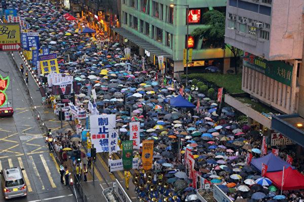 三号强风袭港,难阻香港人参加七一游行,43万港人无惧风雨,高喊港共特首梁振英下台,图为法轮功的游行队伍。(摄影:潘在殊/大纪元)