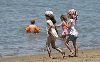 炎熱的天氣讓舊金山的孩子們紛紛跑到沙灘玩水。(曹景哲/大紀元)