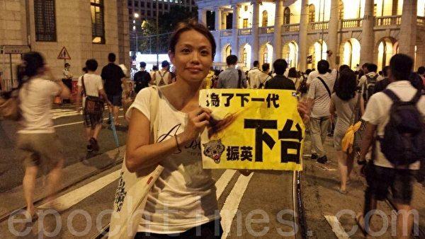 图为七一大游行现场,香港市民和组织纷纷用香港大纪元时报提供的游行海报。(大纪元