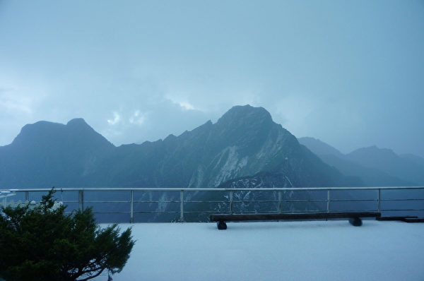 2日下午云林、嘉义及南投部分地区降下冰雹,玉山气象站下约40分钟冰雹,累积约2公分(气象局提供)。(中央社)