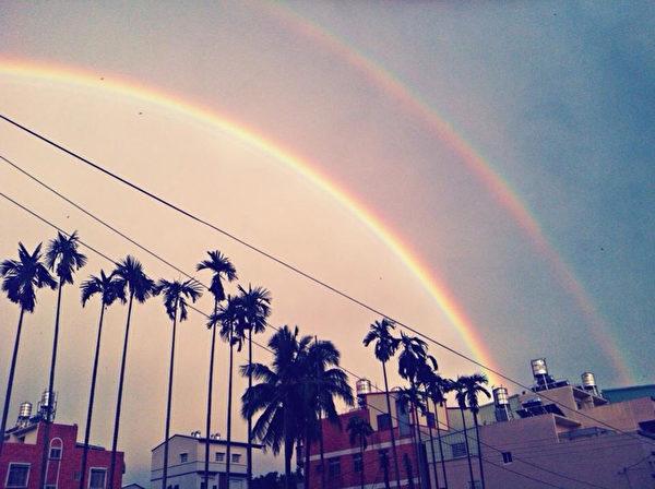 2日下午南投、云林、嘉义山区瞬间大雨、雷击加强风;傍晚雷雨过后,太阳露脸,靠近山区的天空,出现难得的双彩虹,民众争相拍照(民众提供)。(中央社)