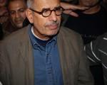 埃及過渡政府於2013年7月6日,與各黨派就任命臨時總理的議題進行協商,但因為仍有人反對原本被各界一致看好的自由派領導人艾巴拉迪任總理一職,因此任命新總理的日期未定,新總理人選也還未出爐。圖為艾巴拉迪於2011年1月30日,出現在埃及開羅的解放廣場,對進行第一次革命示威的群眾演講。(Peter Macdiarmid/Getty Images)