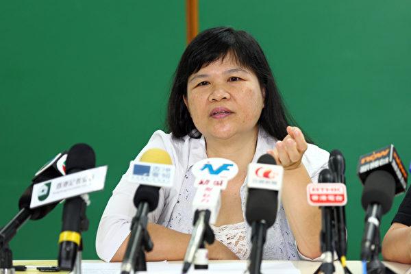 香港記者協會7月7日發表2013年言論自由年報,批評梁振英上任後,沒有兌現競選時維護新聞言論自由的承諾,不斷縱容惡勢力針對傳媒機構和記者的暴力事件接連發生,圖為撰寫該報告的前記協主席麥燕庭。(攝影:潘在殊/大紀元)
