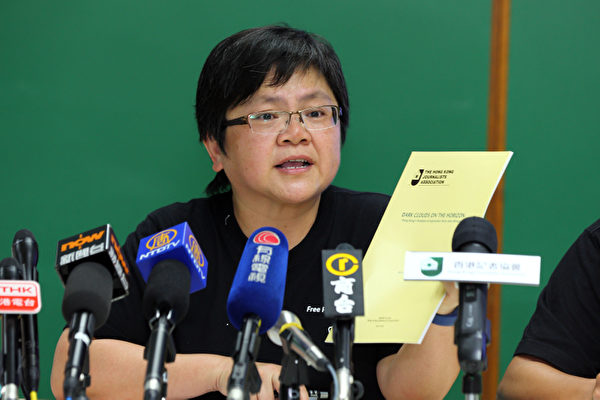 香港記者協會7月7日發表2013年言論自由年報,批評梁振英上任後,沒有兌現競選時維護新聞言論自由的承諾,不斷縱容惡勢力針對傳媒機構和記者的暴力事件接連發生,圖為記協新主席岑倚蘭。(攝影:潘在殊/大紀元)