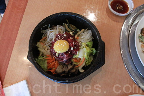 伦敦裕美韩国餐馆的牛肉石锅拌饭(摄影:李景行/大纪元)