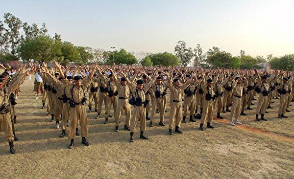 印度德里警察訓練大學上千學生現場學煉法輪功 (圖片來源:明慧網)