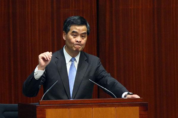 面對43萬香港人上街要求特首梁振英下台以及傳出北京架空特首的消息,梁振英在內憂外患的情況下出席7月11日的立法會答問大會,多位議員批評他施政嚴重失誤,要求他立即下台。(攝影:潘在殊/大紀元)