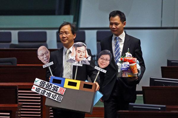 面對43萬香港人上街要求特首梁振英下台以及傳出北京架空特首的消息,梁振英在內憂外患的情況下出席立法會答問大會,多個政團在場內場外進行抗議。(攝影:潘在殊/大紀元)