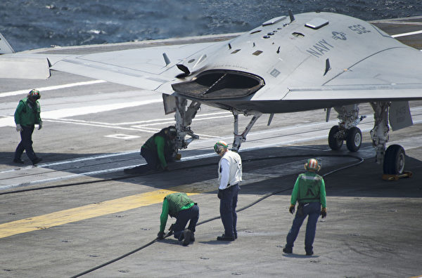 美國海軍10日一架帶有像蝙蝠翅膀的無人機在「布什」號核動力航空母艦上平穩降落,這是無人駕駛飛機歷史上的一次重要飛行。(JIM  WATSON/AFP)