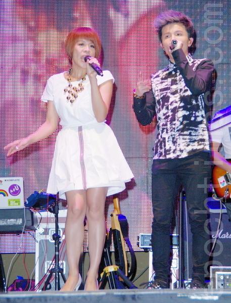 江美琪(左)、小宇合唱默契足。(攝影:黃宗茂/大紀元)