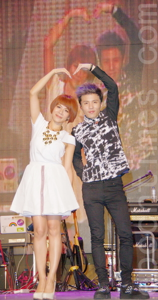 江美琪(左)、小宇互唱對方招牌歌曲。(攝影:黃宗茂/大紀元)